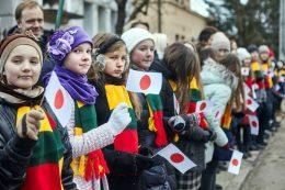 安倍首相を出迎える地元の子供たち